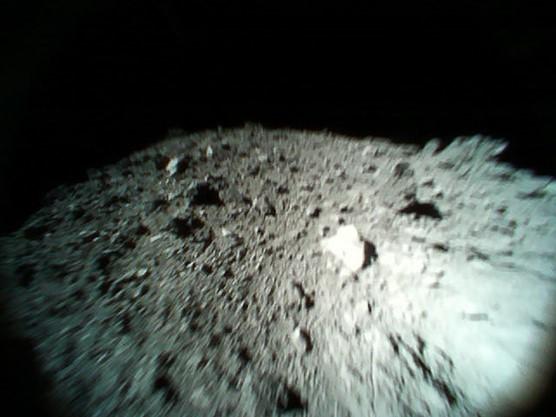「はやぶさ2」MINERVA-II1(Rover-1A)撮影写真(2)(2018/10/26)