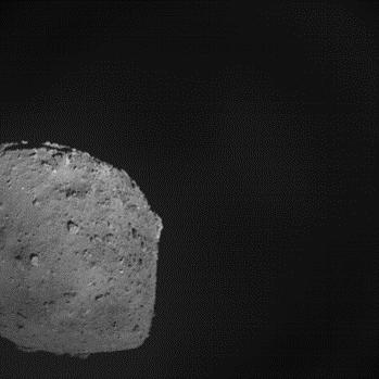 小惑星探査機「はやぶさ2」の記者説明会(2019/4/11) 分離カメラ(DCAM3)による撮影デジタル系による画像 SCI作動の約14秒前