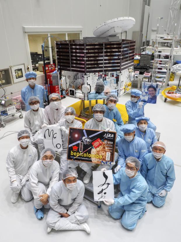 水星磁気圏探査機「みお」(MMO)とBepiColombo日本チームの集合写真