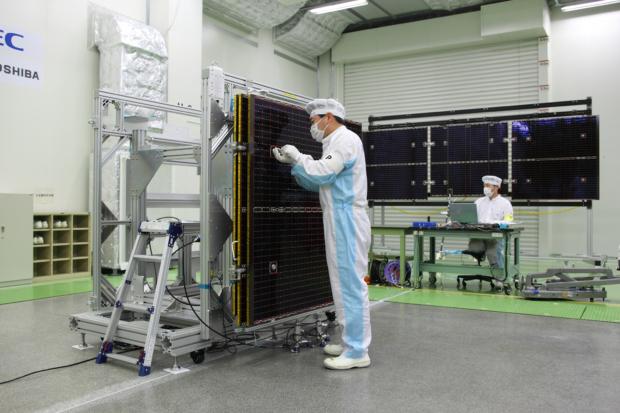 「はやぶさ2」太陽電池パドル(SAP)進展試験の様子