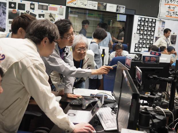 「はやぶさ2」PPTD運用 CAM-Hの画像を見るプロジェクトメンバー