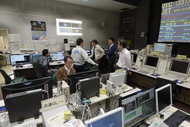 「はやぶさ2」地球スイングバイ運用中の運用管制室の様子(2015/12/03, 15時頃)