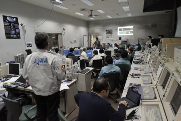 「はやぶさ2」地球スイングバイ運用中の運用管制室の様子(17時30分頃)