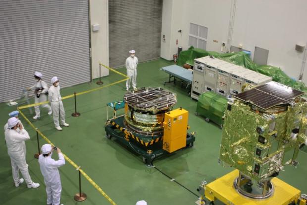 金星探査機「あかつき」(PLANET-C)(手前)と小型ソーラー電力セイル実証機「IKAROS」