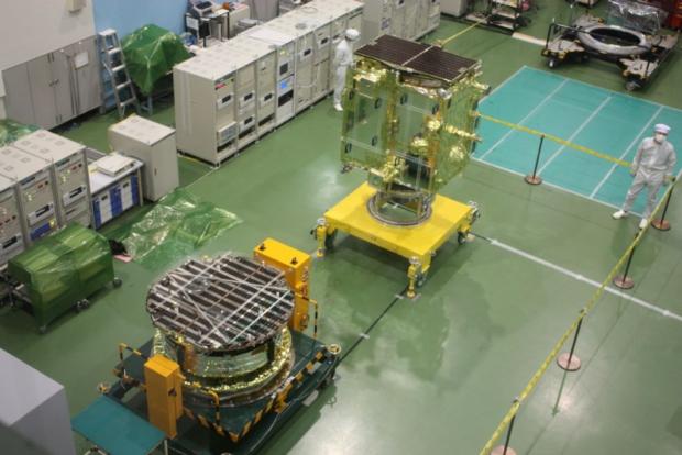 金星探査機「あかつき」(PLANET-C)と小型ソーラー電力セイル実証機「IKAROS」(手前)